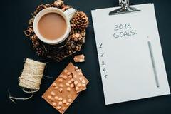 2018 metas enumeran con el lápiz, chocolate, cacao, cono en el CCB negro Imagen de archivo libre de regalías