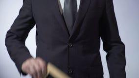 Metas escritas en la pizarra, hombre en el traje clásico que lleva a cabo la muestra, concepto del negocio metrajes