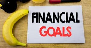 Metas financieras Concepto del negocio para el plan del dinero de la renta escrito en el papel vacío de la nota pegajosa, fondo d Fotos de archivo libres de regalías