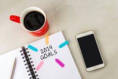 2019 metas mandan un SMS en el cuaderno de notas imágenes de archivo libres de regalías