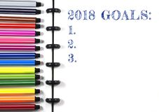 2018 metas mandan un SMS en el sketchbook blanco con la pluma del color, visión superior Foto de archivo
