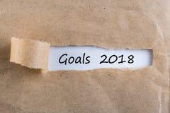 Metas 2018 - mensaje que aparece detrás del papel marrón rasgado Blancos, meta, sueños y promesas del ` s del Año Nuevo para el s Imagen de archivo libre de regalías