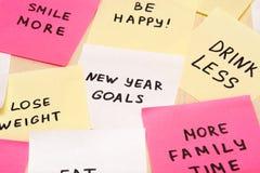 Metas populares o resoluciones del Año Nuevo en el espacio en blanco pegajoso colorido n fotografía de archivo