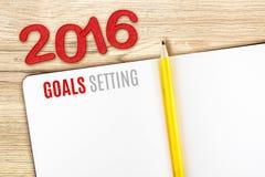 2016 metas que fijan palabra en el cuaderno ponen en la tabla de madera, plantilla m Imagenes de archivo