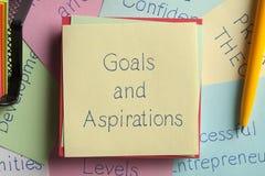 Metas y aspiraciones escritas en una nota fotos de archivo libres de regalías