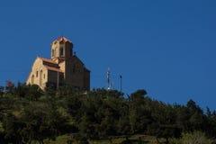 Metechi kyrka på bergstoppet i tiflis royaltyfri foto