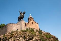 Metekhi教会和Vakhtang Gorgasali国王特写镜头在一个夏日,第比利斯,乔治亚骑马雕象  免版税库存照片