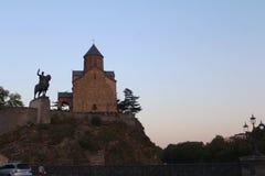 Metekhi kościół I statua królewiątko Vakhtang Gorgasali W Tbilisi, Gruzja Zdjęcia Stock