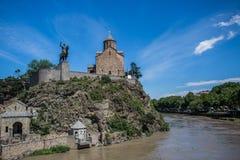 Metekhi kościół Vakhtang Gorgasali w Tbilisi i królewiątko, Gruzja obrazy stock