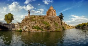 Metekhi kyrka och en klippa ovanför floden Kura Tbilisi det högt arkivfoto