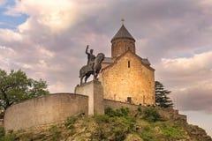 Metekhi kyrka och monument av konungen Vakhtang Gorgasali i Tbilisi, Georgia arkivfoton