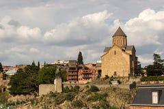Metekhi kyrka och statyn av konungen Vahtang Gorgasali arkivfoton