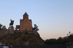 Metekhi kyrka och statyn av konungen Vakhtang Gorgasali In Tbilisi, Georgia arkivfoton