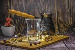 Metende lepel voor thee en koffie met koffiebonen en droge theebladen op een houten plaat stock afbeeldingen