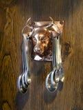 Metende lepels die op koeornament hangen royalty-vrije stock foto's