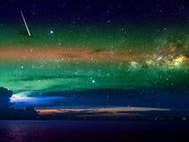 meteoordaling op donkere wolk en nachthemel over stad Royalty-vrije Stock Afbeeldingen