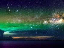 meteoordaling op donkere wolk en nachthemel over stad Royalty-vrije Stock Fotografie