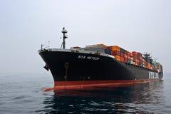 Meteor des Containerschiff-NYK, der auf den Straßen am Anker steht Primorsky Krai Ost (Japan-) Meer 09 04 2014 Lizenzfreies Stockbild