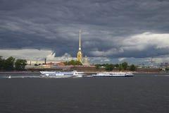 Meteor-190 e Neva-1 sui precedenti della fortezza sotto il cielo della tempesta St Petersburg fotografie stock libere da diritti