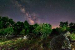 Meteor krzyżuje Milky sposób Zdjęcia Stock