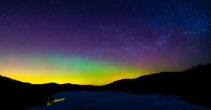 Meteor under Aurora Borealis Royaltyfria Bilder