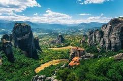 meteora Греции Пейзаж горы с утесами Meteora и монастырем Roussanou Стоковая Фотография