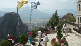 Meteora Туристы на платформе просмотра монастыря, Греции сток-видео