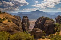 Meteora Ansicht des Tales durch die starken Klippen Lizenzfreies Stockfoto