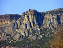 Meteora, een rotsvorming in Griekenland, met kloosters op bovenkant stock fotografie