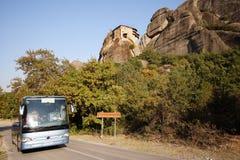 Meteora, Grécia, o 12 de outubro de 2018 turistas do mundo inteiro tomados com um ônibus de turista para admirar as paisagens imagens de stock royalty free