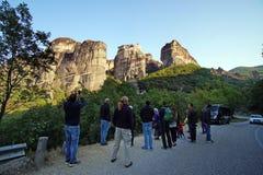 Meteora, Grecia, el 12 de octubre de 2018 turistas de todas partes del mundo admira el paisaje fotos de archivo