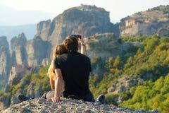 Meteora, Grecia, el 12 de octubre de 2018 turistas de todas partes del mundo admira el paisaje imagen de archivo