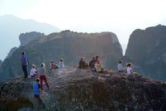 Meteora, Grecia, el 12 de octubre de 2018 turistas de todas partes del mundo admira el paisaje fotos de archivo libres de regalías