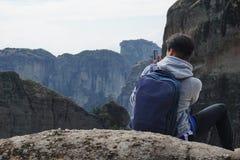 Meteora, Grecia, el 12 de octubre de 2018 turistas de todas partes del mundo admira el paisaje imagen de archivo libre de regalías