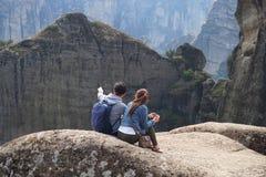 Meteora, Grecia, el 12 de octubre de 2018 turistas de todas partes del mundo admira el paisaje imagenes de archivo