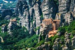 Meteora, Grecia Paisaje de la montaña con las rocas de Meteora y el monasterio de Roussanou Fotos de archivo