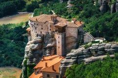 Meteora, Grecia Paisaje de la montaña con las rocas de Meteora y el monasterio de Roussanou Imágenes de archivo libres de regalías