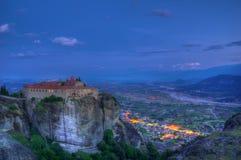 Meteora Grekland - den heliga kloster av St Stephen under blå timme Royaltyfria Foton