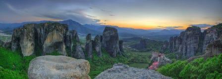 Meteora Grekland - klosterhelgon Nicholas Anapausas, Roussanou kloster, storslagen meteor och klosterhelgon Varlaam Royaltyfri Foto