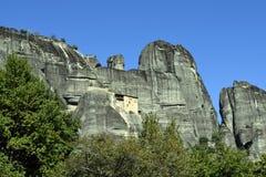 Meteora kloster, himmel och berg Arkivbilder