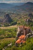 Meteora Kloster zwei auf den Klippen und eine Ansicht des Tales Lizenzfreie Stockfotografie