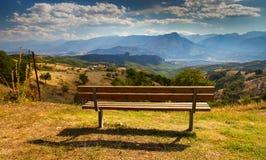Meteora Setzen Sie auf die Bank, um das schöne Tal zu erwägen Stockfotografie