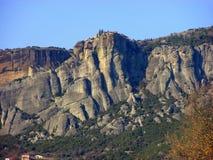 Meteora, uma formação de rocha em Grécia, com os monastérios na parte superior fotografia de stock