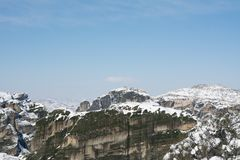 Meteora vaggar med sikt kloster till för den Varlaam och Megala meteoraen royaltyfri bild