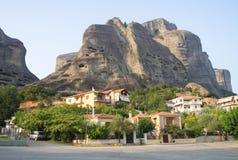 Meteoren: Häuser und Felsen in Griechenland Stockfoto