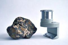 Meteorit und Vergrößerungsglas Stockbild