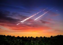 Meteorite di caduta, asteroide, cometa su terra Elementi di questo im immagini stock libere da diritti