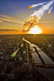 Meteoriteduschen över Paris Eiffel står hög Arkivbilder
