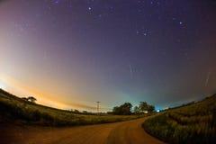 Meteorito de Geminid en el cielo nocturno estrellado imagen de archivo
