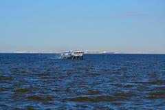 Meteoro de Motorship no Golfo da Finlândia, St Petersburg, Rússia Imagens de Stock